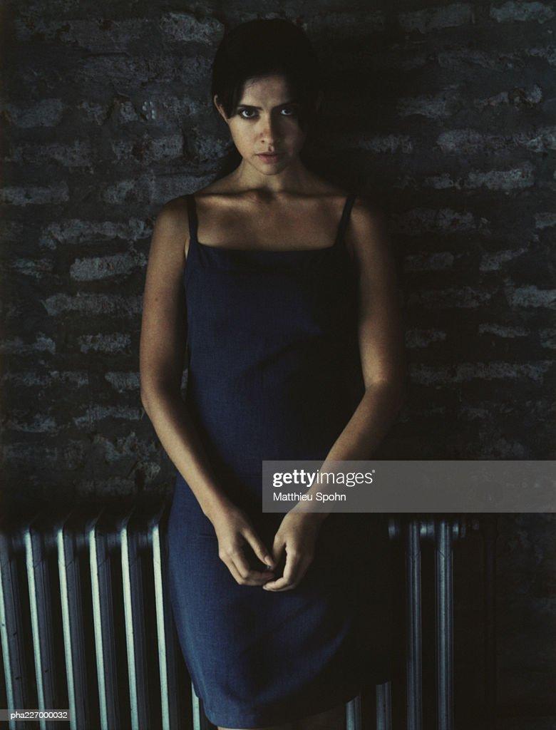 Woman looking into camera, portrait : Foto de stock