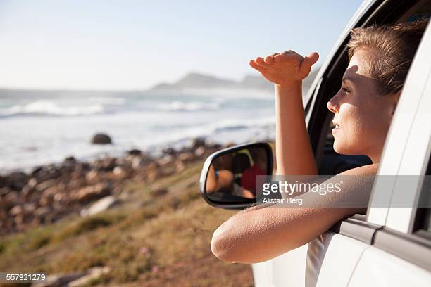 woman looking out of a car window - 25 29 jaar stockfoto's en -beelden
