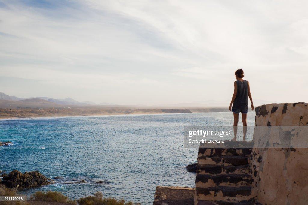 Woman looking out to sea, Corralejo, Fuerteventura, Canary Islands : Stock-Foto