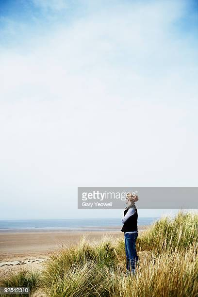 woman looking out to sea - yeowell foto e immagini stock
