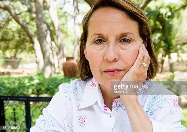 woman looking serious - femme bouder photos et images de collection
