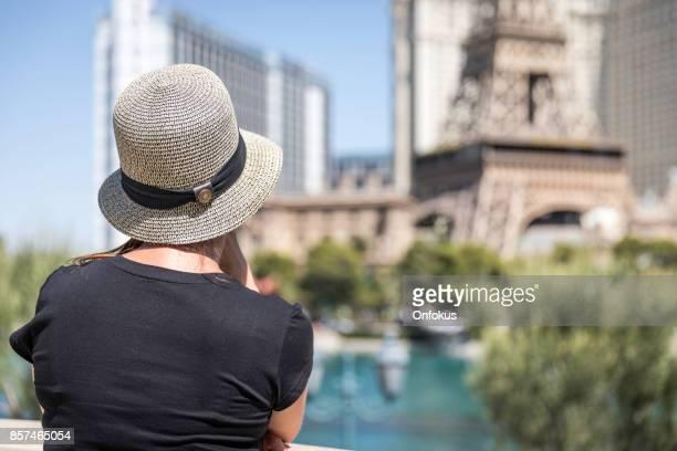 Vrouw op zoek het Paris Las Vegas Hotel & Casino, Nevada