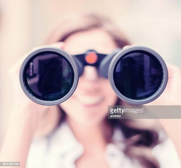 Donna guardando attraverso il binocolo