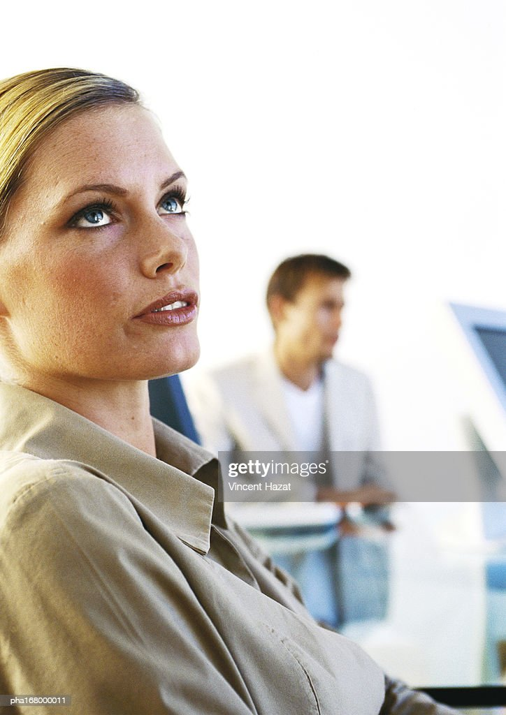 Woman looking up, close-up : Stockfoto