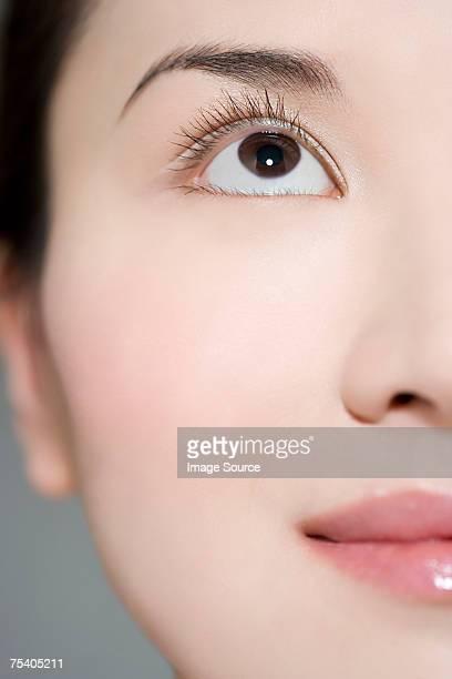 woman looking up - aziatische etniciteit stockfoto's en -beelden