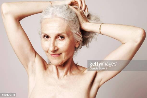 woman looking young - oben ohne frau stock-fotos und bilder