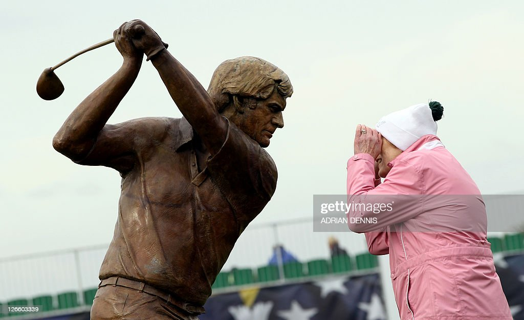 A woman looks into the eyes of a sculptu : News Photo