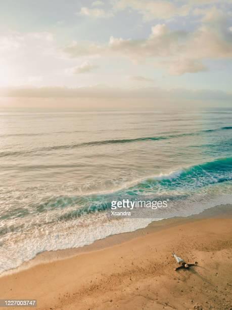 woman lying down on the beach - vacanza al mare foto e immagini stock