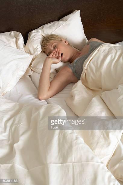 woman lying in bed - frauen über 30 stock-fotos und bilder