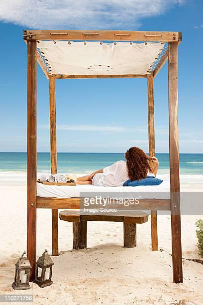 Frau liegen im Bett am Strand