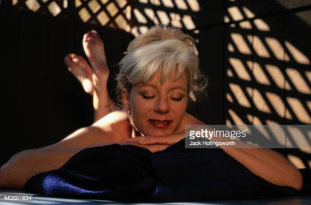woman lying on massage table - massage room photos et images de collection