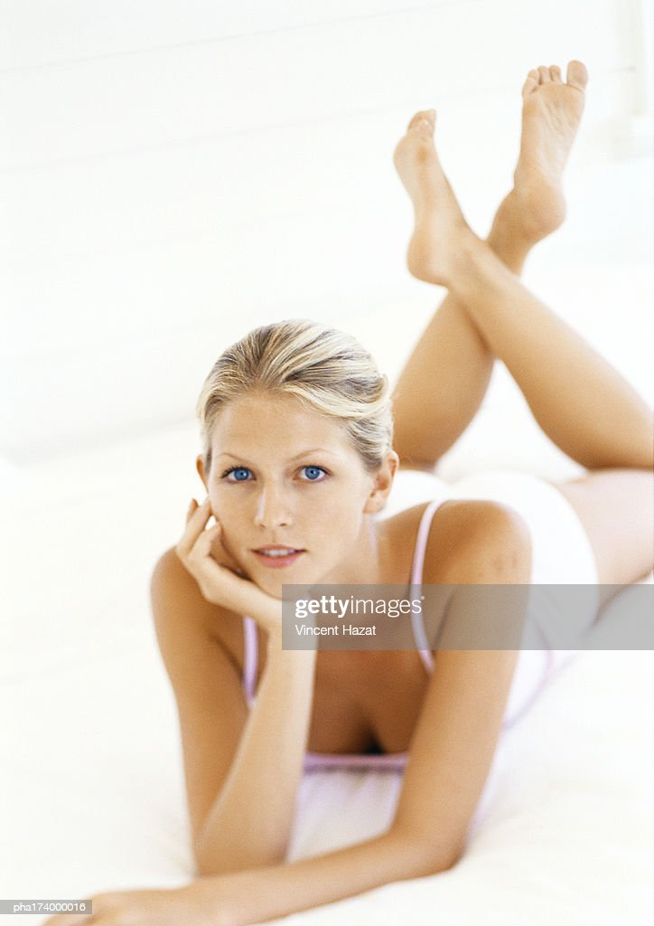 Woman lying on stomach : Stockfoto