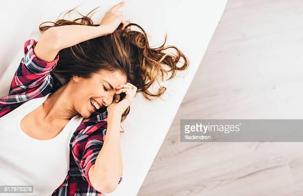 Femme allongée sur le lit