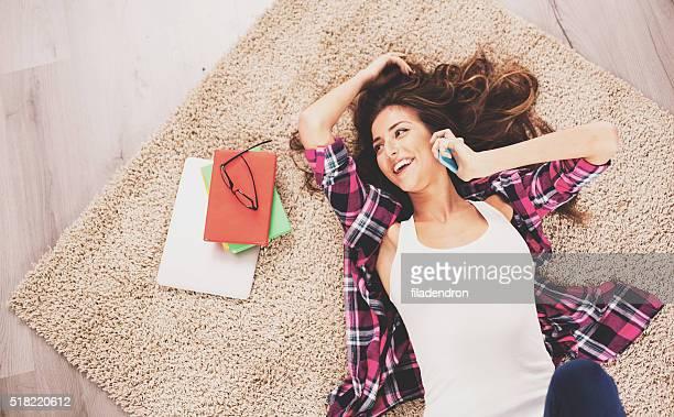 Woman lying en el piso