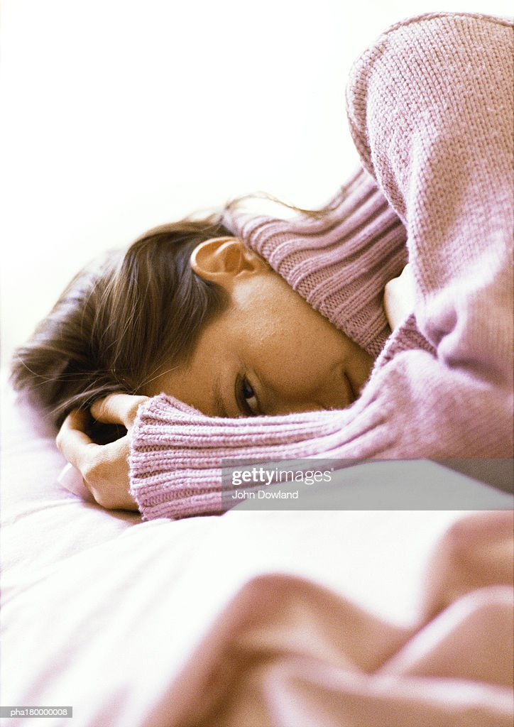 Woman lying with hand on head, close-up : Stockfoto
