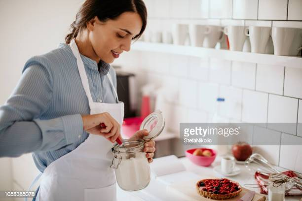 la donna fa una torta in cucina - color crema foto e immagini stock