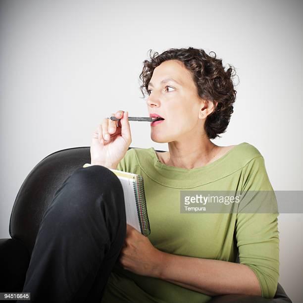 Femme faire une liste de courses