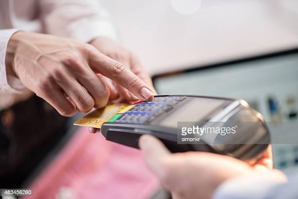 Mulher fazendo pagamento com cartão de crédito