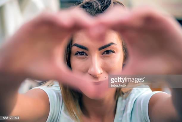 Frau machen Herzform
