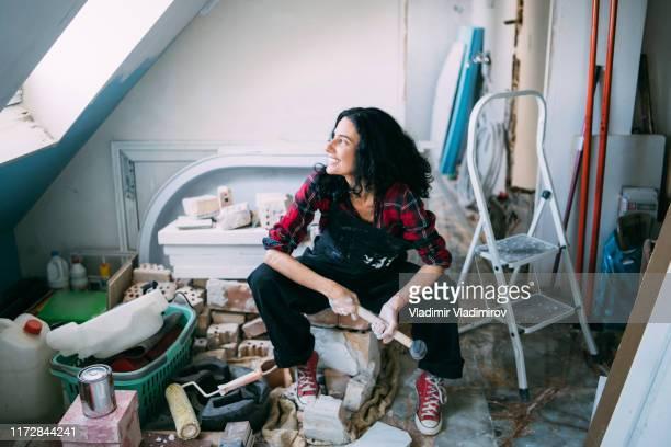 vrouw maken huis imprevement - genderblend stockfoto's en -beelden