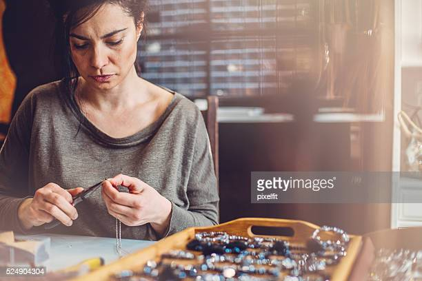 Femme faisant des bijoux