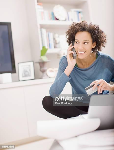 Femme faisant achat en ligne