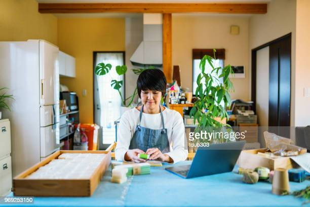 Une femme faisant un savon bio à la maison à vendre en ligne