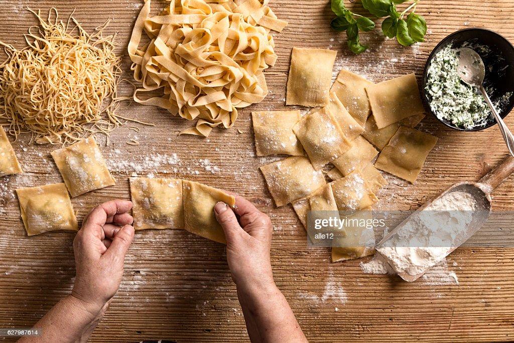 Woman making pasta : Stock-Foto