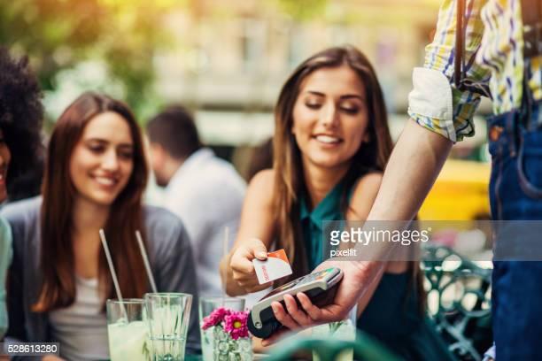 Femme faire le paiement par carte de crédit