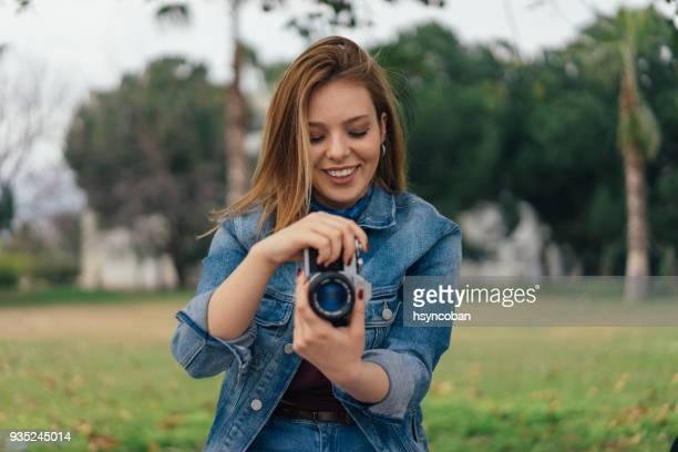Frau machen Fotos mit retro-Kamera in der Stadt