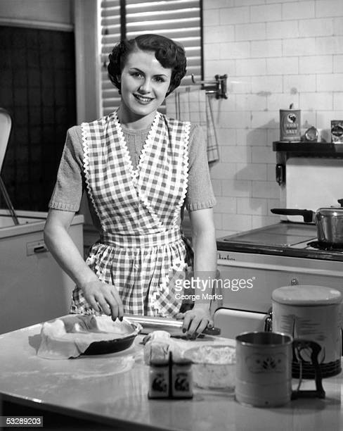 woman making pie - 中流階級 ストックフォトと画像