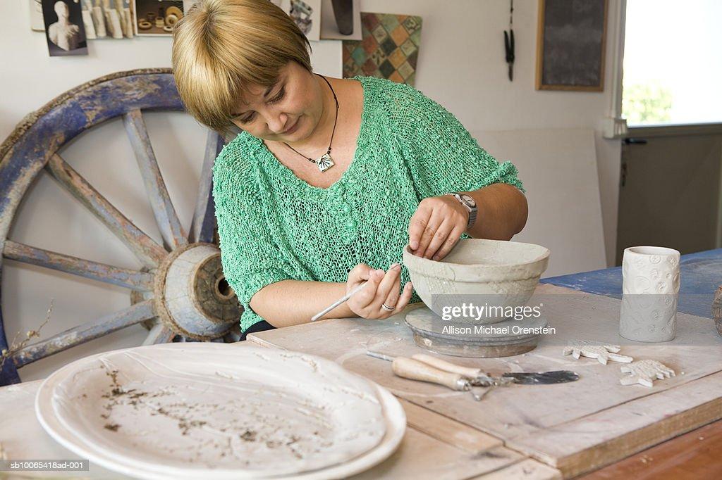 Woman making pot in ceramics studio : Foto stock