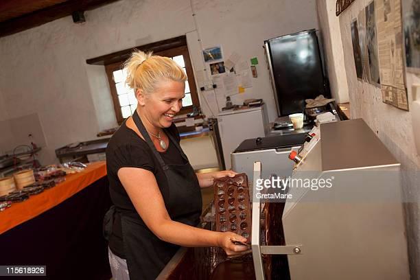 Femme faisant des pralines