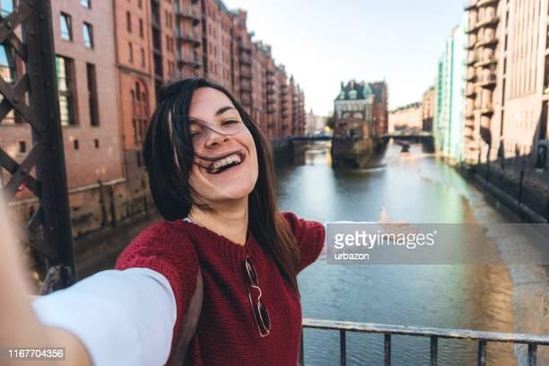 mujer haciendo selfie en el casco antiguo de hamburgo - hamburgo alemania fotografías e imágenes de stock