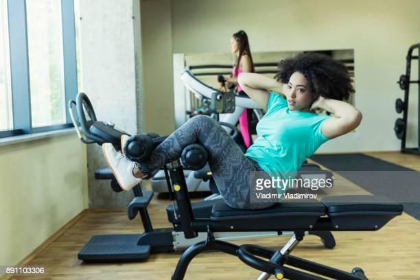 Vrouw sit-ups maken in fitness