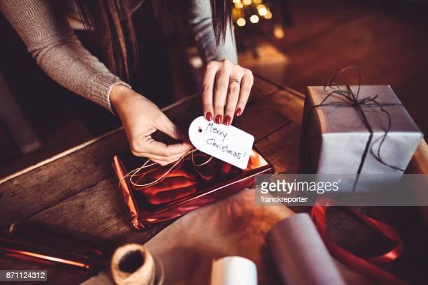 femme faisant le package pour le cadeau de Noël