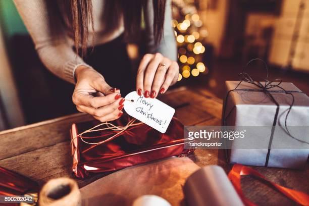 mujer haciendo el paquete para el regalo de Navidad