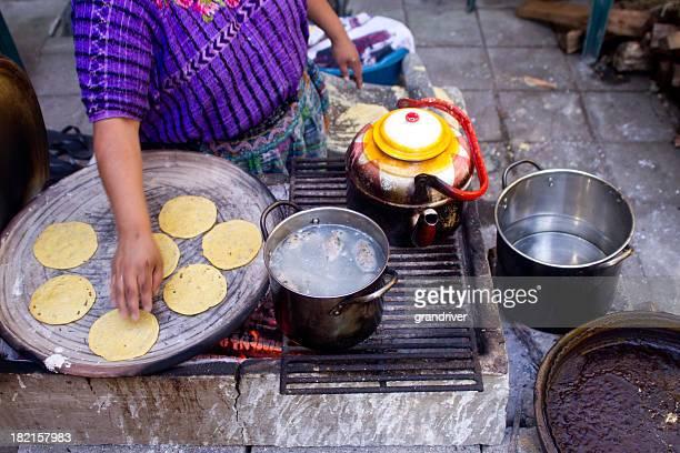 Femme faisant des Tortillas