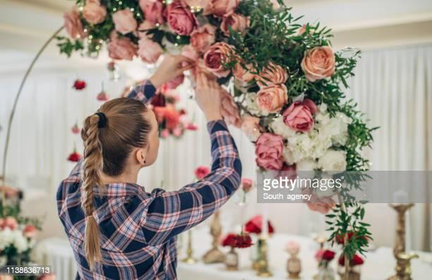 woman making wedding decoration - cerimonia foto e immagini stock