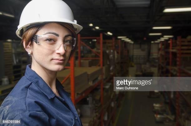 gestionnaire de femme surplombant l'entrepôt de la manufacture - mezzanine photos et images de collection