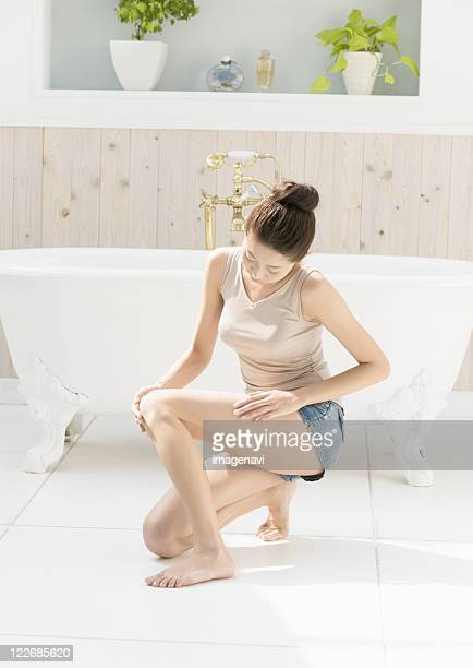 woman massaging her legs - fat women in bath stock pictures, royalty-free photos & images