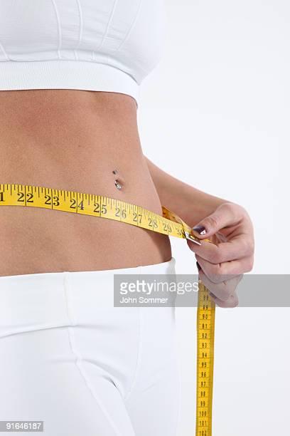 Frau messen Ihre Taille
