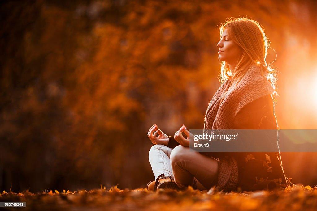 Femme méditer dans la journée d'automne. : Photo