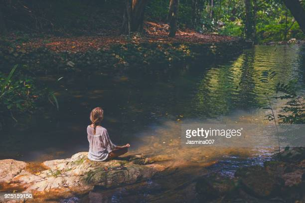 woman mediting  in tropical forest - meditation imagens e fotografias de stock