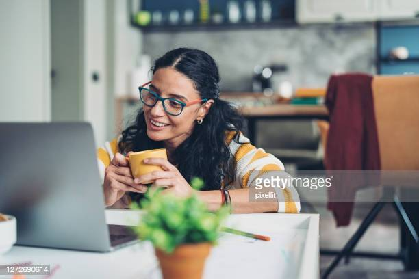 woman meeting people online during the coronavirus pandemic - 45 49 years stock pictures, royalty-free photos & images