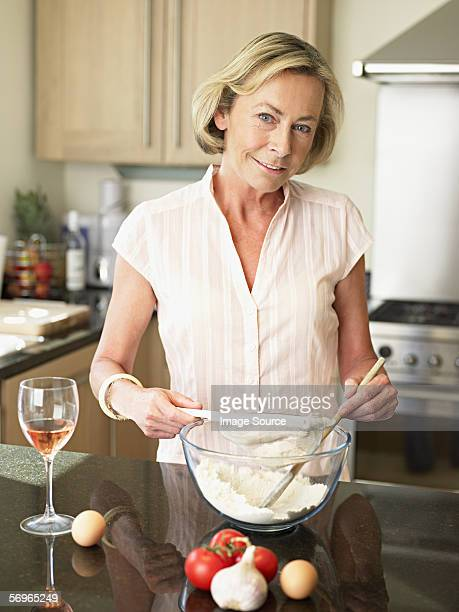woman mixing ingredients - alleen één oudere vrouw stockfoto's en -beelden