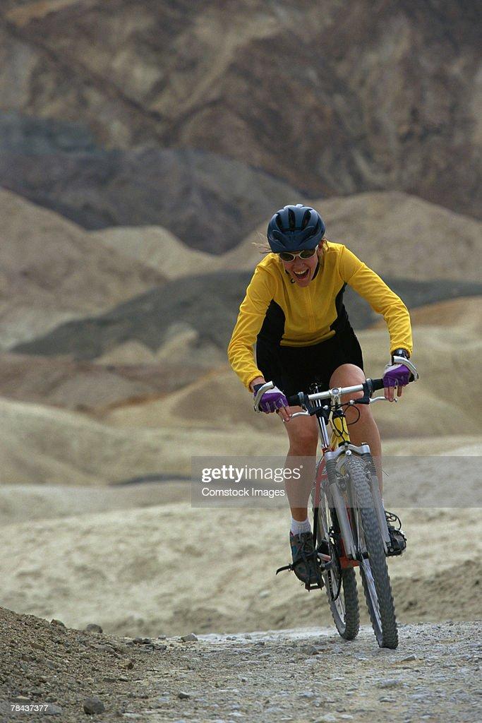 Woman mountain biking : Stockfoto