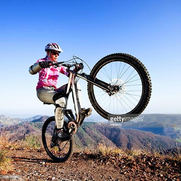 Woman mountainbiker 乗馬、後輪走行