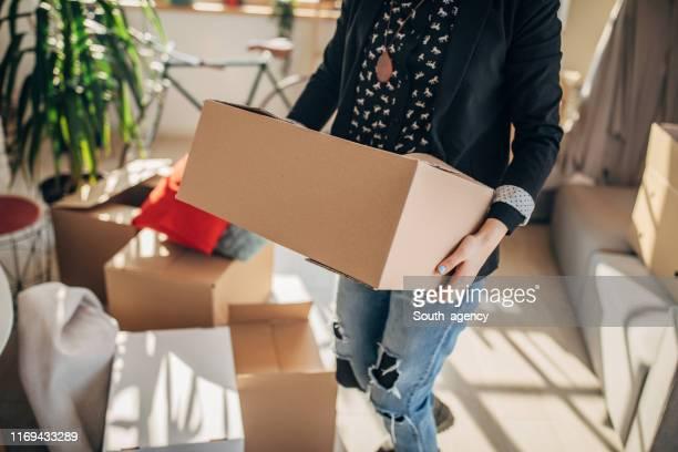 新しいアパートに引っ越す女性 - 引っ越し ストックフォトと画像