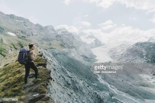 frau in der nähe der gletscher in den schweizer alpen - gletscher stock-fotos und bilder